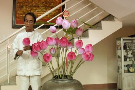Người phục hồi làm hoa sen bằng giấy - 1