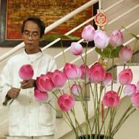 Người phục hồi làm hoa sen bằng giấy