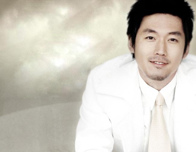 Jang Hyuk sinh năm 1976. Anh đã là cha của hai đứa con bé bỏng.