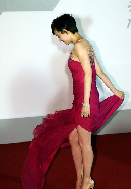 Tôn Lệ loay hoay vì váy dài thượt - 4