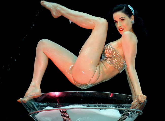 Dita Von Teese là một vũ nữ thoát y, người mẫu, nhà tạo mẫu thời trang, nhà văn và diễn viên nổi tiếng người Mỹ.