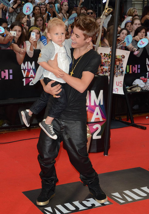 Justin Bieber bế em trai lên thảm đỏ - 2