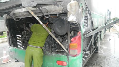 Xe bốc cháy, 40 hành khách tháo chạy - 1