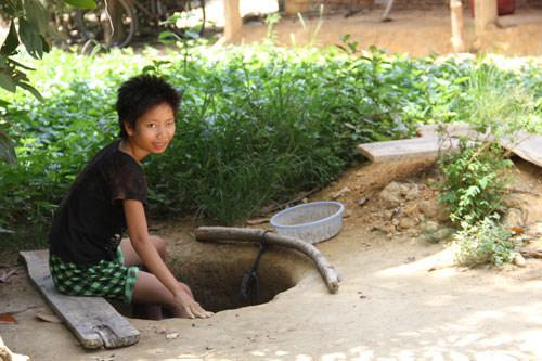Cô gái điên đào giếng sâu 10m bằng thìa - 1