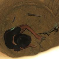 Cô gái điên đào giếng sâu 10m bằng thìa