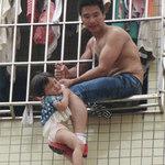 Tin tức trong ngày - TQ: Giận vợ, chồng treo con ngoài cửa sổ