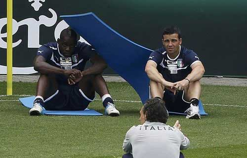 Balotelli &quot;quy&quot; tng bng trn sn tp, Tin bn l bng , Bng , 