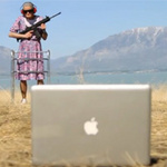 Thời trang Hi-tech - Cụ già cầm shotgun bắn iPhone, MacBook