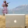 Cụ già cầm shotgun bắn iPhone, MacBook
