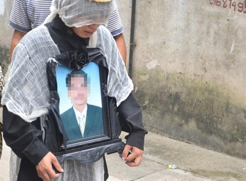 Thảm sát cha mẹ: Đám tang đầy nước mắt - 2