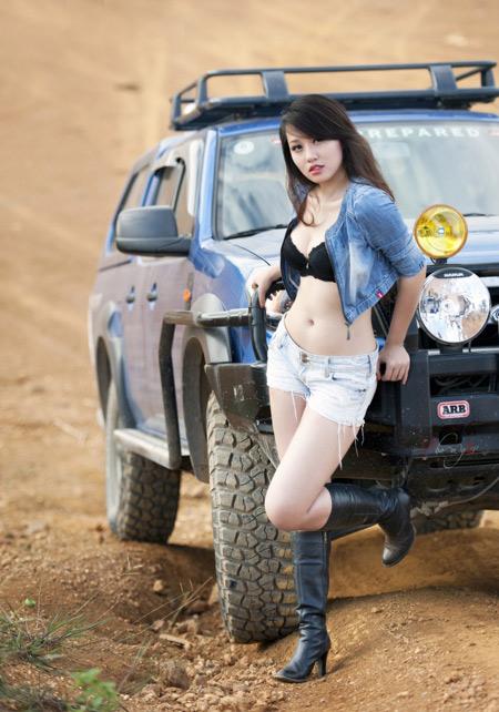 Miss Teen Thu Hà bốc lửa bên xe offroad - 3