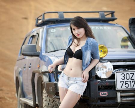 Miss Teen Thu Hà bốc lửa bên xe offroad - 1