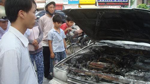 Xe ô tô bốc cháy, 5 người thoát chết - 1