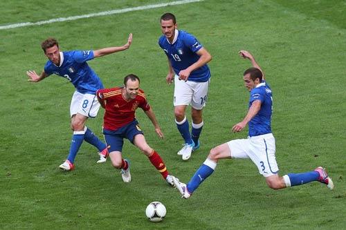 Iniesta hay hơn Ronaldo và Messi - 1