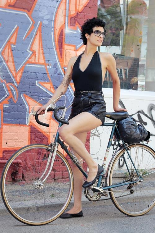 Khi chân dài yêu xe đạp hơn xế hộp! - 17