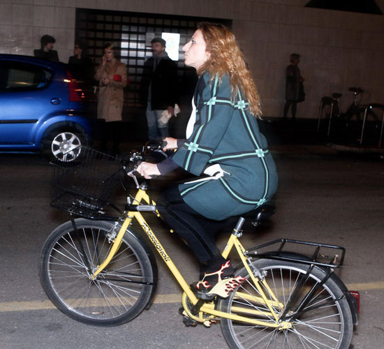 Khi chân dài yêu xe đạp hơn xế hộp! - 16