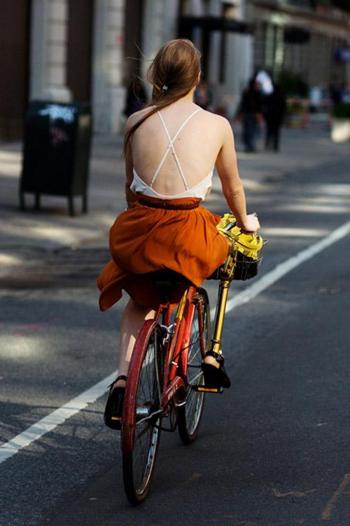 Khi chân dài yêu xe đạp hơn xế hộp! - 25