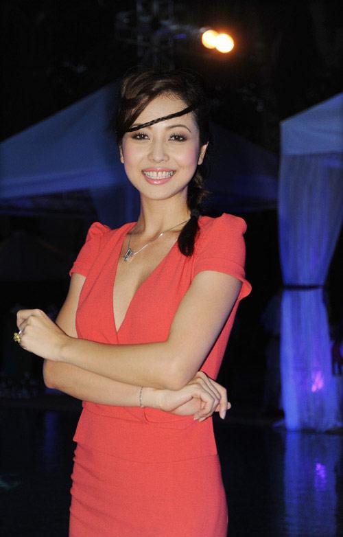 """Jennifer Phạm """"sến lạ"""" khi tết tóc - 1"""