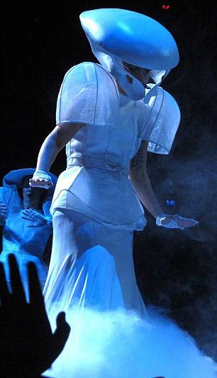 Lady Gaga gợi lại váy thịt bò sống - 16