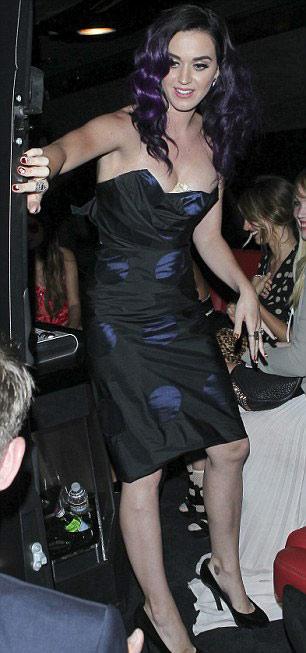 Vật thể lạ ở khe ngực Katy Perry - 2