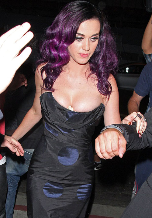 Vật thể lạ ở khe ngực Katy Perry - 4