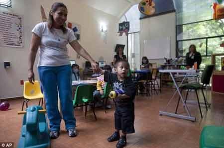 Bé trai 2 tuổi mang khối u nặng 15kg - 2