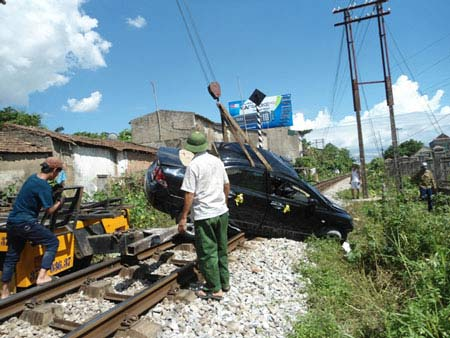 Tàu hỏa đâm nát ô tô, 4 người thương vong - 2