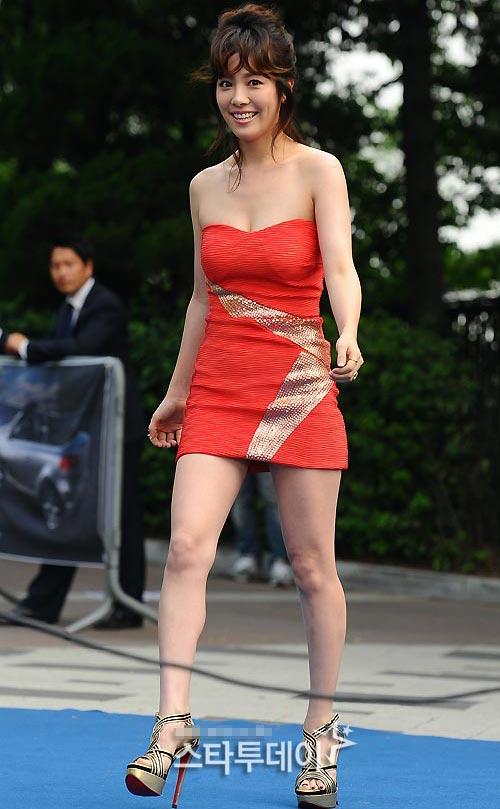 Ông trùm giải trí xứ Hàn điệu đà váy xẻ - 13