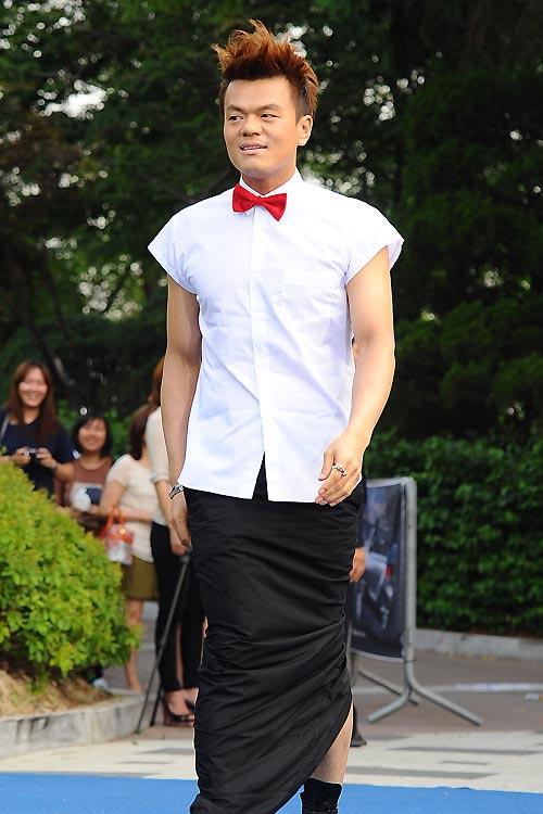 Ông trùm giải trí xứ Hàn điệu đà váy xẻ - 5