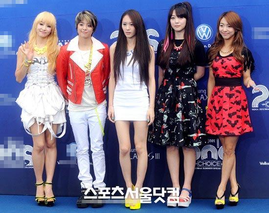 Ông trùm giải trí xứ Hàn điệu đà váy xẻ - 14