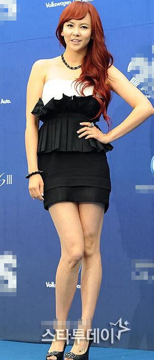Ông trùm giải trí xứ Hàn điệu đà váy xẻ - 8