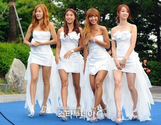 Ông trùm giải trí xứ Hàn điệu đà váy xẻ - 11