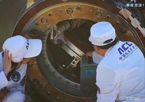 Cận cảnh tàu Thần Châu-9 trở về Trái Đất - 1