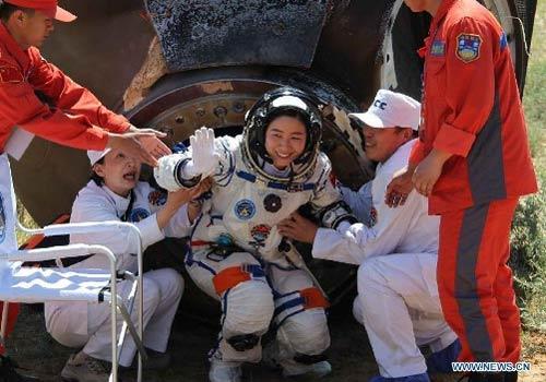Cận cảnh tàu Thần Châu-9 trở về Trái Đất - 13
