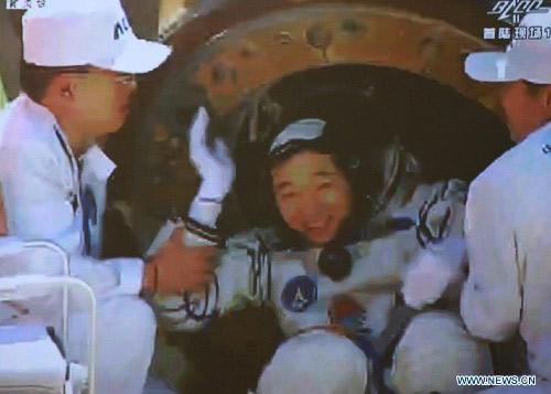 Cận cảnh tàu Thần Châu-9 trở về Trái Đất - 2