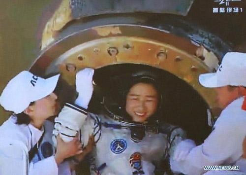 Cận cảnh tàu Thần Châu-9 trở về Trái Đất - 8
