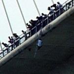 Tin tức trong ngày - Treo mình 2 giờ giữa cầu Bãi Cháy rồi tự tử
