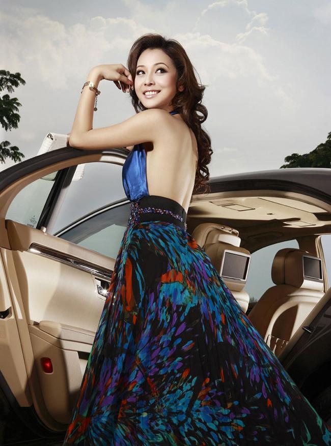 Jennifer sinh ngày 3 tháng 7 năm 1982 tại Phú Nhuận, Thành phố Hồ Chí Minh.