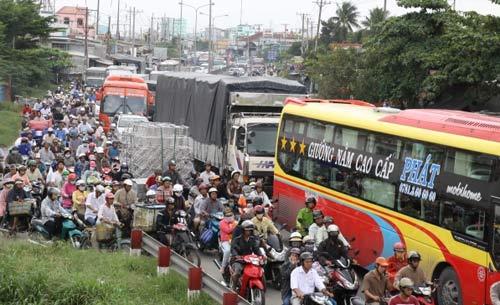 Quốc lộ 1A kẹt xe nghiêm trọng vì sửa cầu - 1