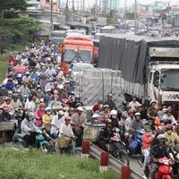 Quốc lộ 1A kẹt xe nghiêm trọng vì sửa cầu