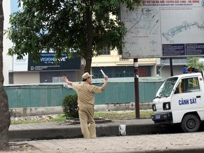 Dân phòng: Lôm côm, múa gậy, chặn xe - 2
