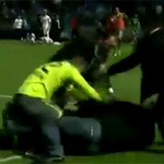 Bóng đá - Video thủ môn đấm fan quá khích túi bụi