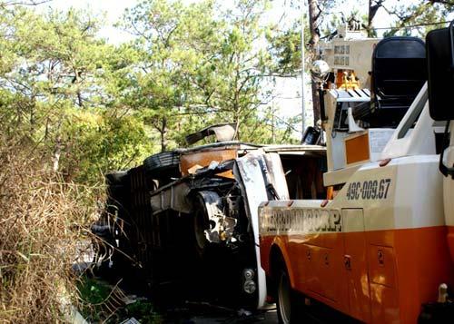 Xe khách tông vách núi, 15 người nhập viện - 1