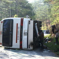 Xe khách tông vách núi, 15 người nhập viện