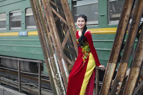 Hà Phương e ấp với áo dài nhung thêu - 1