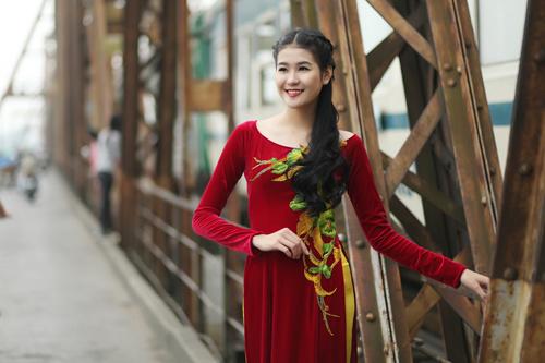 Hà Phương e ấp với áo dài nhung thêu - 3