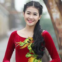 Hà Phương e ấp với áo dài nhung thêu