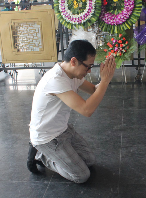 Thành Lộc cúi lạy linh cữu NSUT Hồ Kiểng - 4
