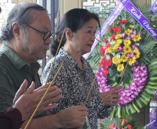 Thành Lộc cúi lạy linh cữu NSUT Hồ Kiểng - 6