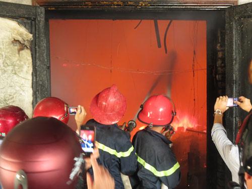 Cháy dữ dội Trung tâm văn hóa Quảng Bình - 2